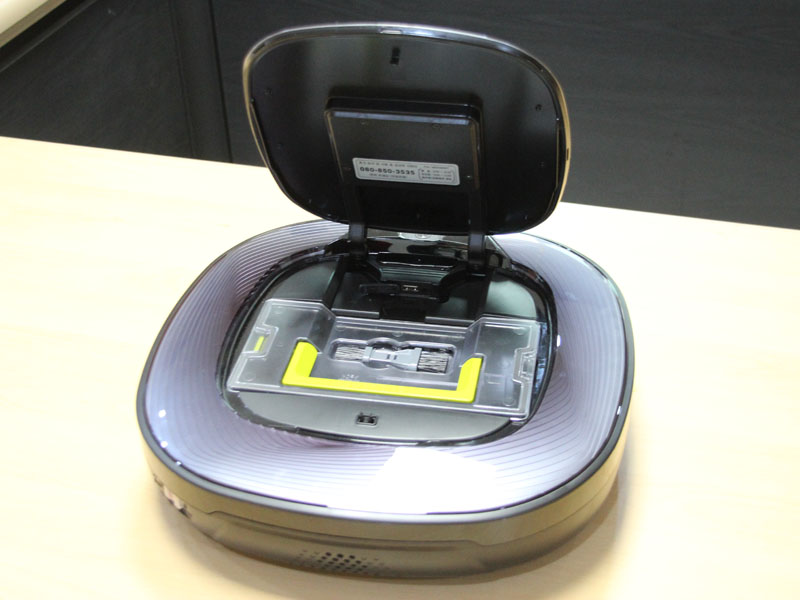 HOM-BOTのダストボックスは、メインブラシのすぐ上に備えられている