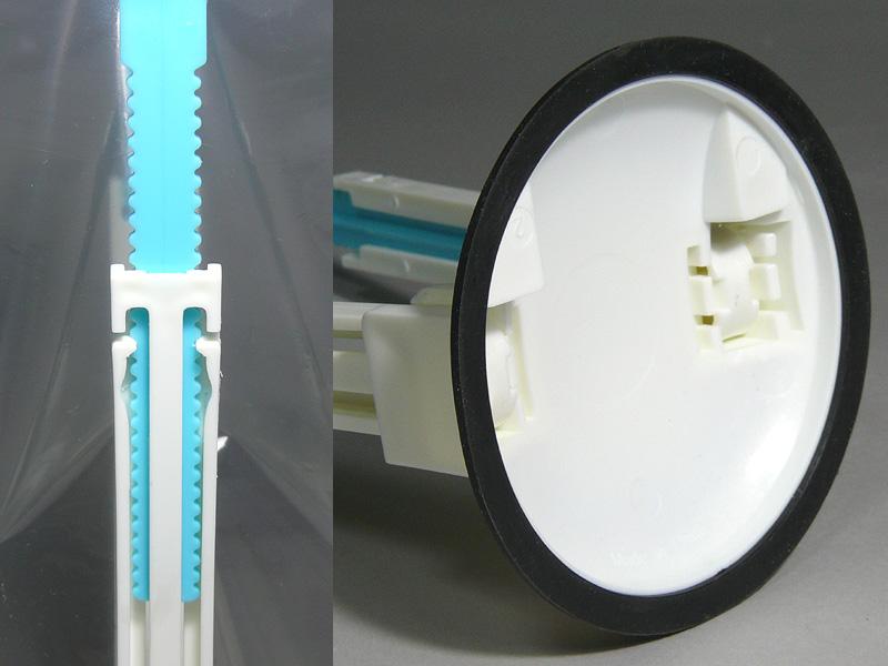 アームの長さは約3.5mm刻みで、調節範囲は180~270mm(画像左)だ。土台の底は滑りにくいエラストマー製