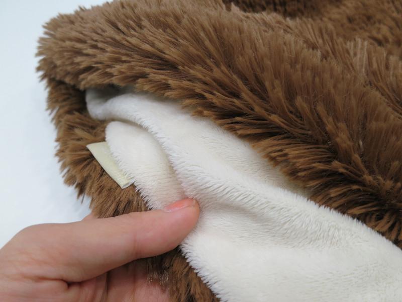 表地は毛足が長く、裏地は柔らかなフリース素材だ