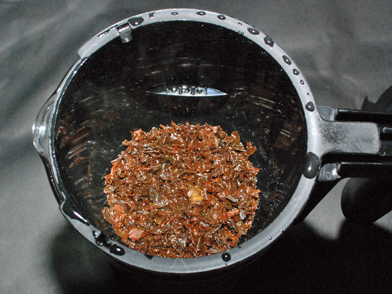 ティーサーバーは底に小さな穴が開いているだけなので、茶葉がよく浸る