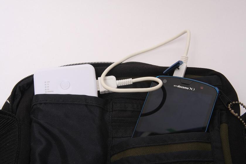 USBコネクタが横にあるため、深いポケットではケーブルが引っかかる