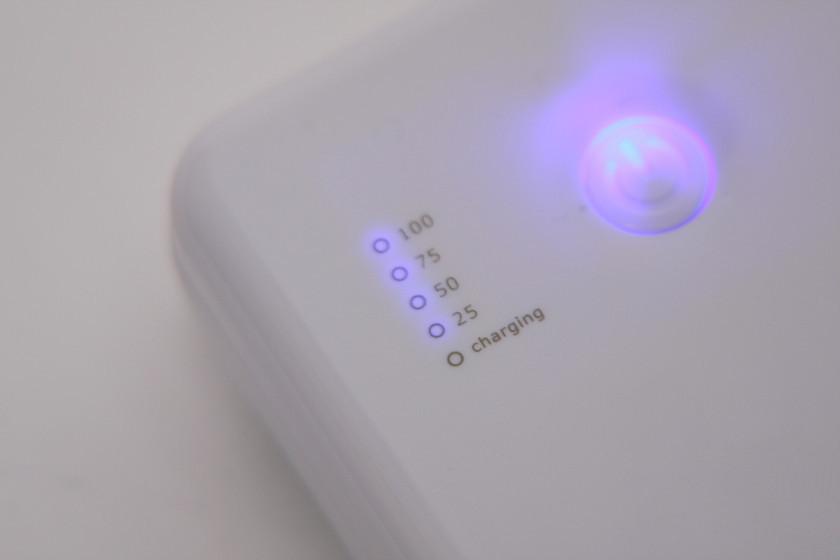 バッテリー残量計のLEDは、25%の刻みの4灯式。ただ輪郭がボケてしまって少しグラフが読みづらい