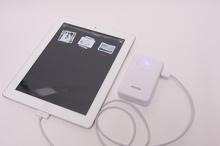 2.1A必要な第3世代iPadの充電にも対応。ただし写真は第2世代