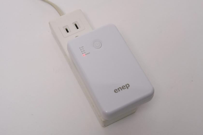 充電中は赤いLEDが点灯し、充電を終えると消える