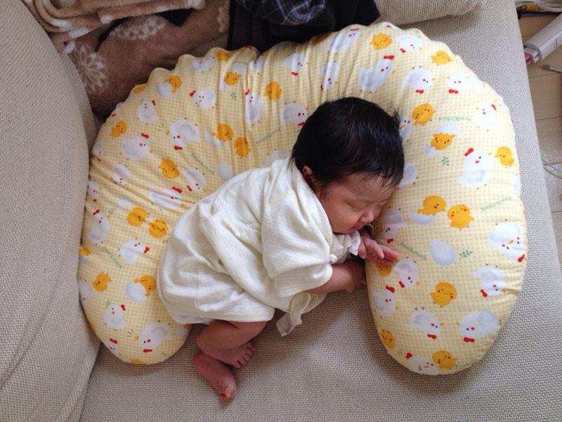 生後1カ月、最初はこんなに大きかった授乳クッション