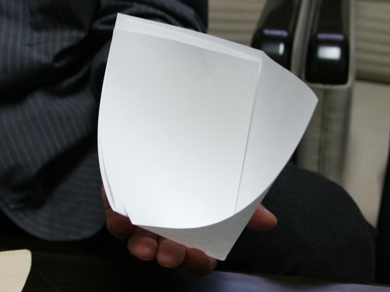 V60ペーパーフィルターは、理化学分野の濾過の考えから形を決定した。写真は、村上さんがインタビュー時に紙を4つに折って作ってくれた濾過紙の形