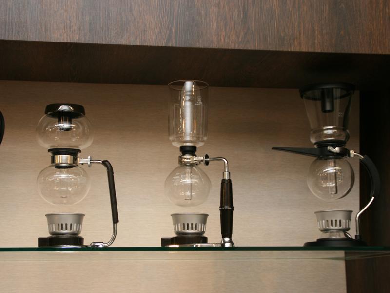 ハリオ本社に並ぶコーヒーサイフォン。ハリオでは1957年から作っている