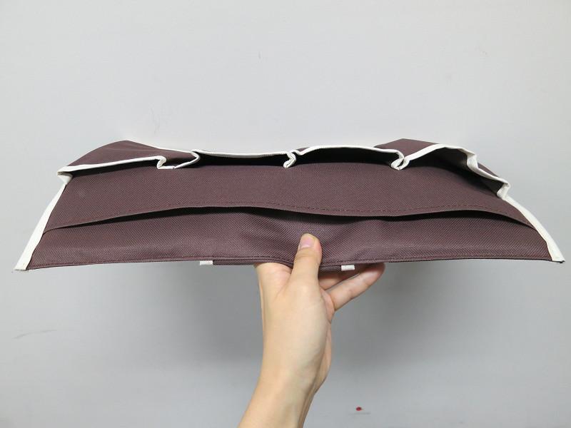 奥に、雑誌が入る大きめのポケットが付いている。本体は薄型で、マチはほぼないに等しい