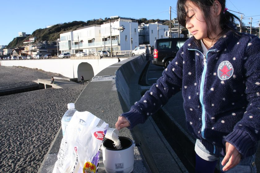 湘南海岸まで出向いて、ごはんを炊いてきた。まずは無洗米をお釜の中に入れる