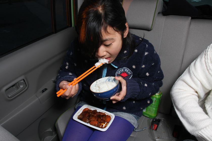 おかずはや飲み物はコンビニで調達して車内で試食。小学6年生の子どもにも、高校1年生の子どもにもタケルくんで炊いたごはんは好評だった