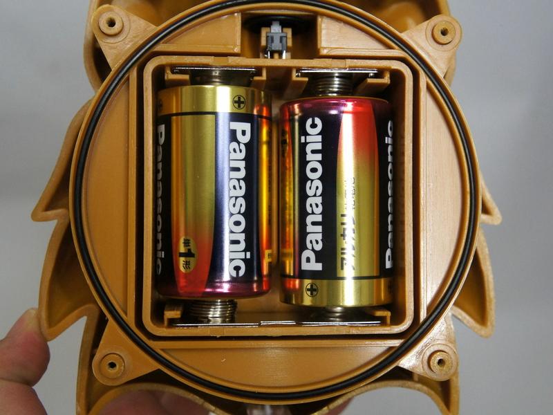 乾電池を入れる