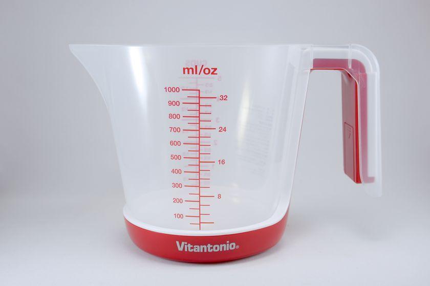 ビタントニオ「デジタルメジャーカップ」。片側にはmi/oz単位の目盛りがついている