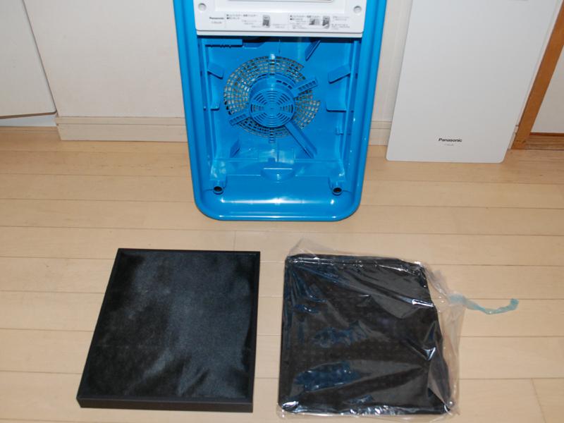 フィルターは2種類。右側に置いた脱臭フィルターは袋に入っているので、取り出して組み付ける