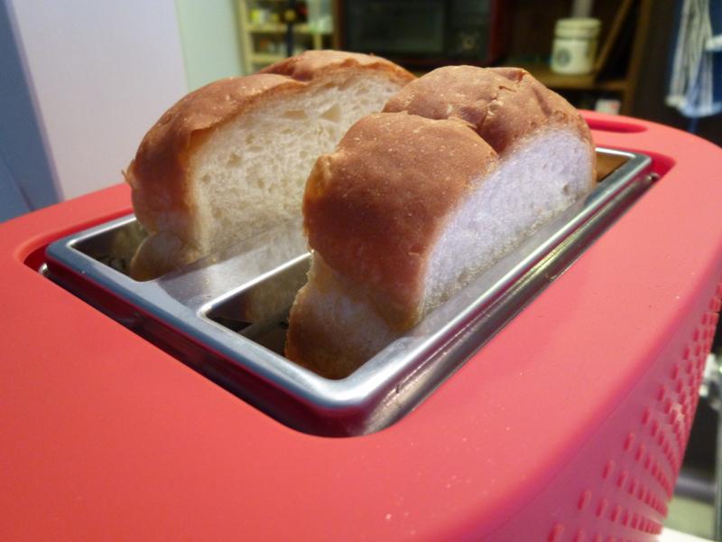 山型のパンは、サイズの都合上、山の部分が飛び出してしまう
