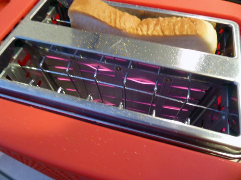 ヒーターがパンに密着しているので、短時間でパンをカリっと焼き上げることができる