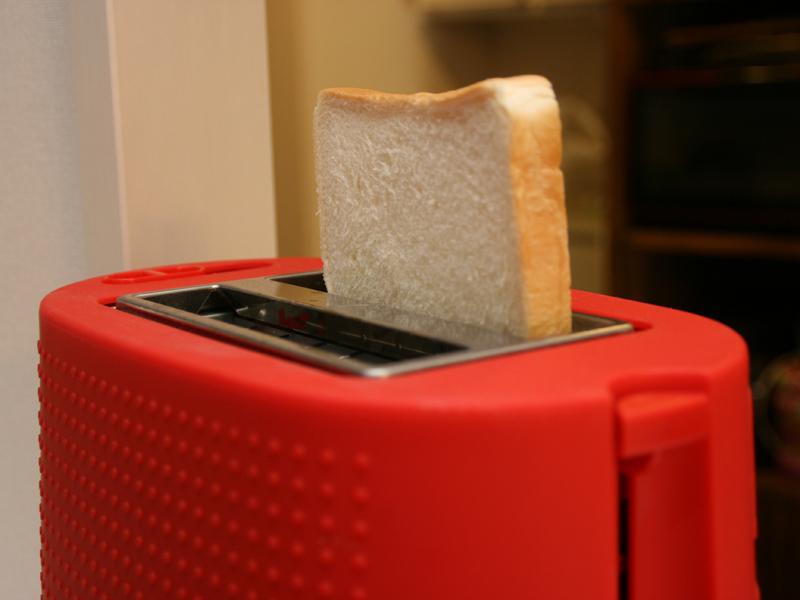 使用時はパンを投入口において、側面のレバーを下に下げるだけ。焼き上がると自動でパンが上がってくる