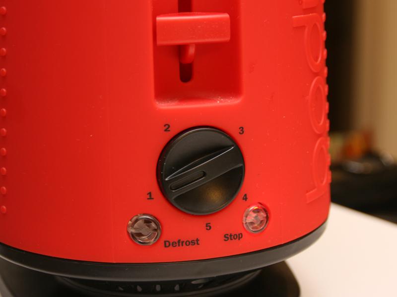 焼き目は5段階から調節できる。ダイヤルの左側にあるのが冷凍パンを焼く時に使う「解凍ボタン」、右側にあるのが動作をストップする「ストップ」ボタン