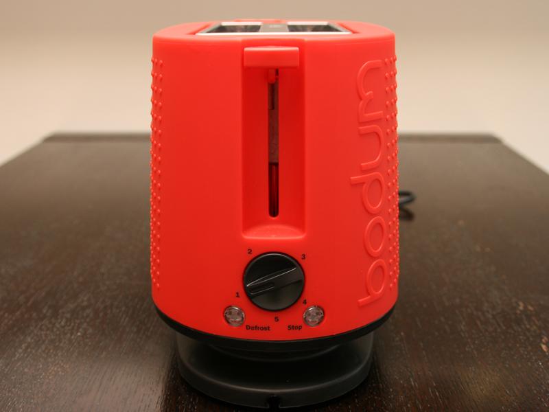 本体側面にレバーと、焼き目調節ダイヤルが用意されている