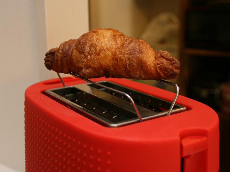 クロワッサンなど投入口に入らないパンも温められる
