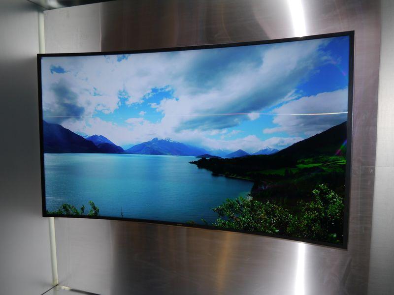 リモコン操作によって両側がカーブする「Bendable」を実現した85型液晶テレビ