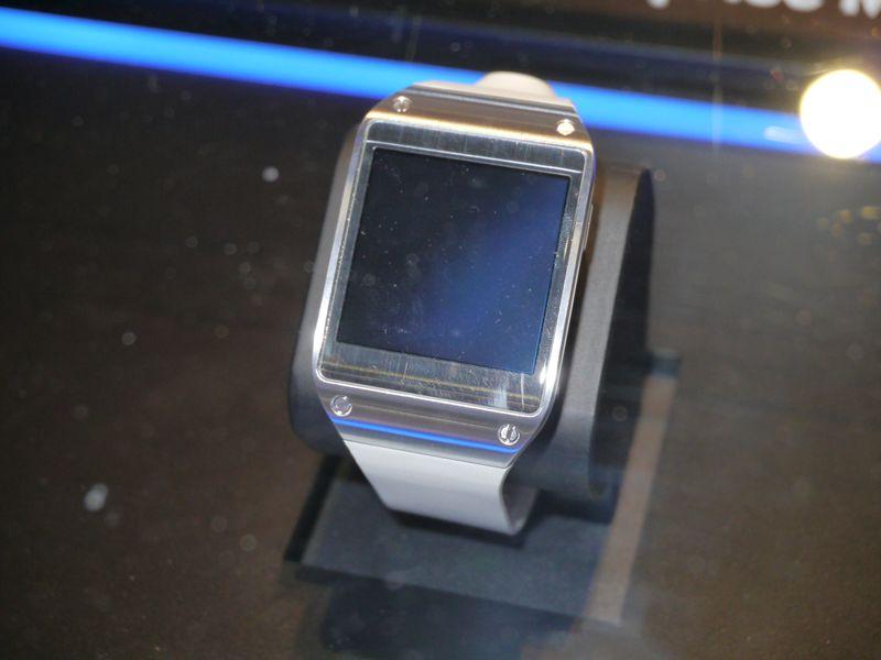 ブース内に展示されていた腕時計型デバイスの「Galaxy Gear」