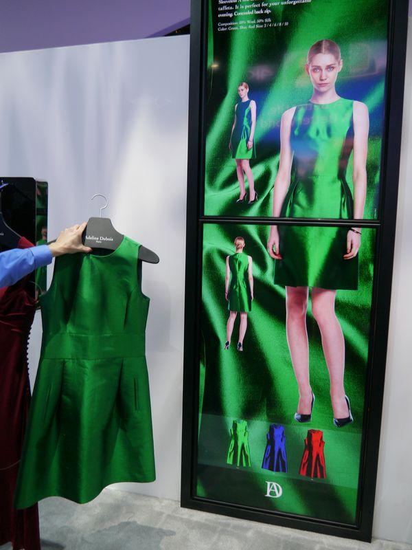 こちらは洋服などの商品をかざすと詳細な情報がディスプレイに表示される