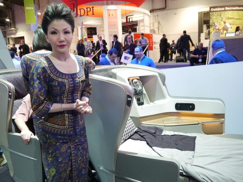 航空機向けの設備などを提案するアビオニクス事業の展示。展示にはシンガポール航空も協力
