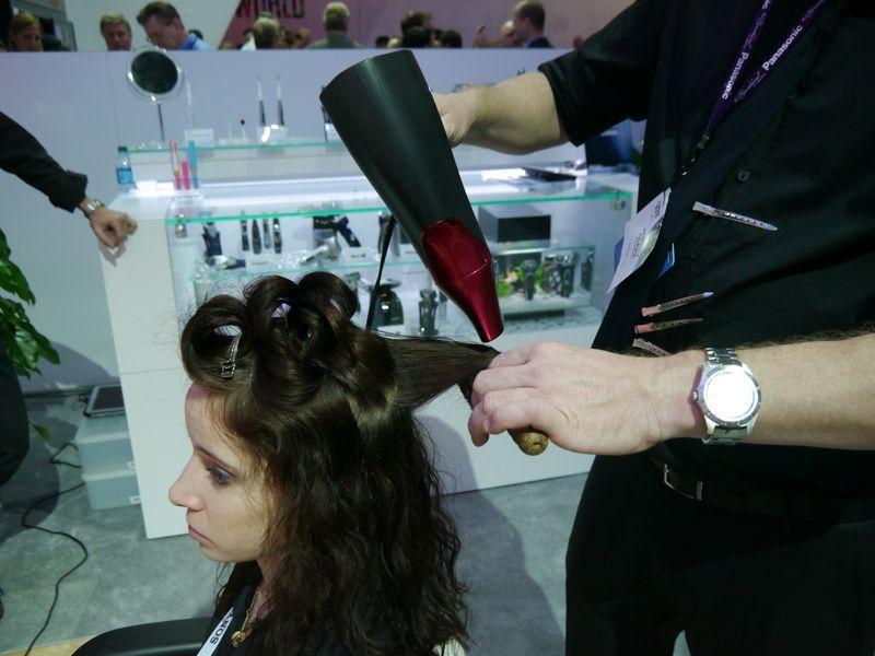 実際にナノケアドライヤーを使い女性モデルの髪をセットするデモストレーションも実施