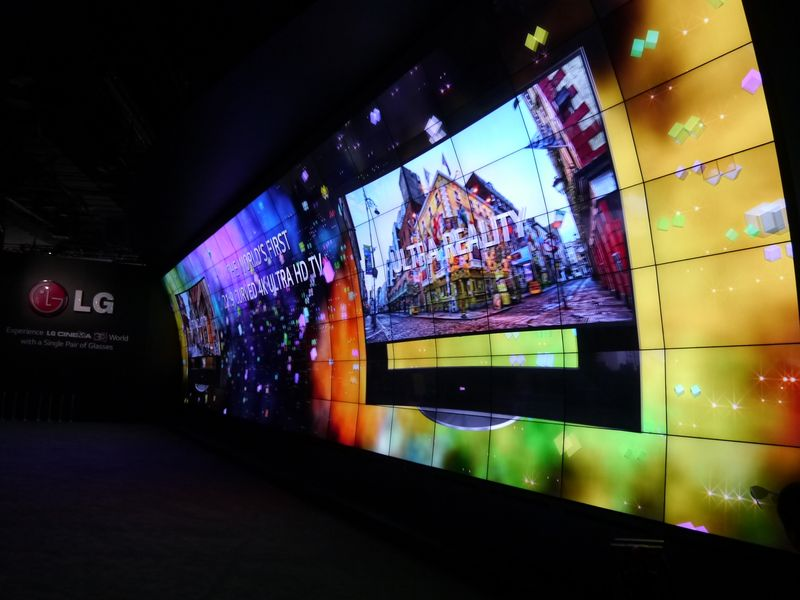 LGブースは55型の液晶を140枚使った大スクリーンで3Dを表示