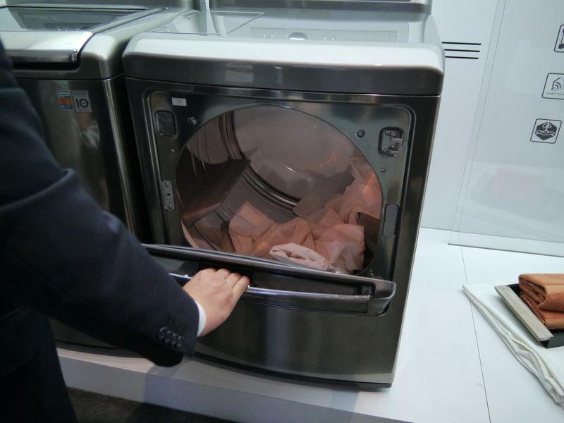 洗濯乾燥機では、1つの扉が横に開いたり、縦に開いたりする「2-Way Dual Access Door」を採用したものも展示していた