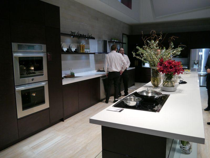 ブース内にはキッチンを再現し、ビルイトン型の各種キッチン家電を展示