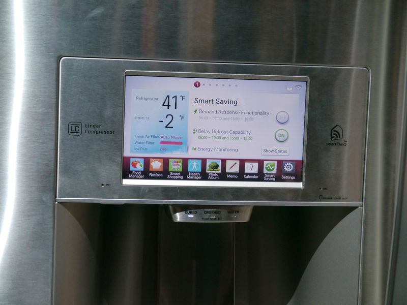 冷蔵庫の前面に設置された画面からも各種操作が可能