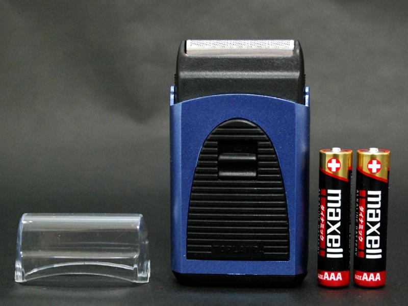 付属の単四形乾電池と比べると小ささがわかる