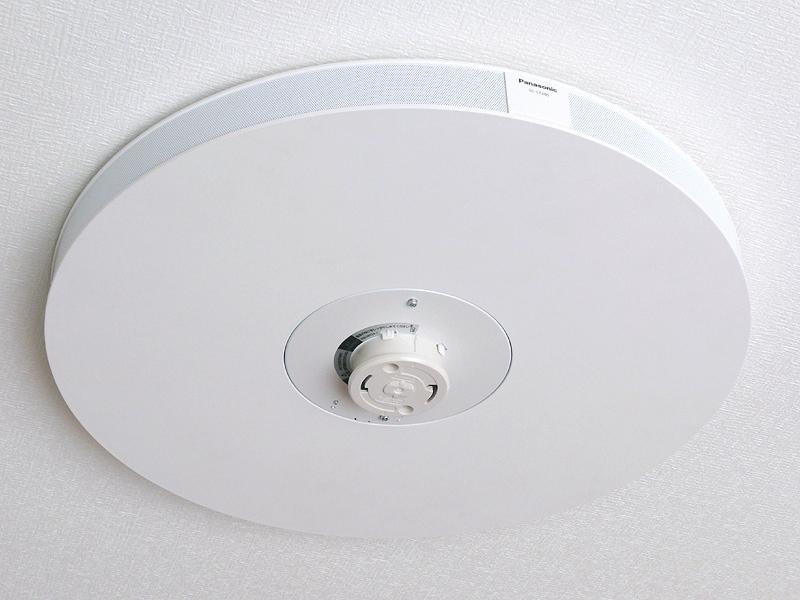 パナソニック「ワイヤレススピーカーシステム SC-LT205」。Bluetoothを利用したスピーカーで、天井の配線器具に直接取り付ける。音が360度に広がる