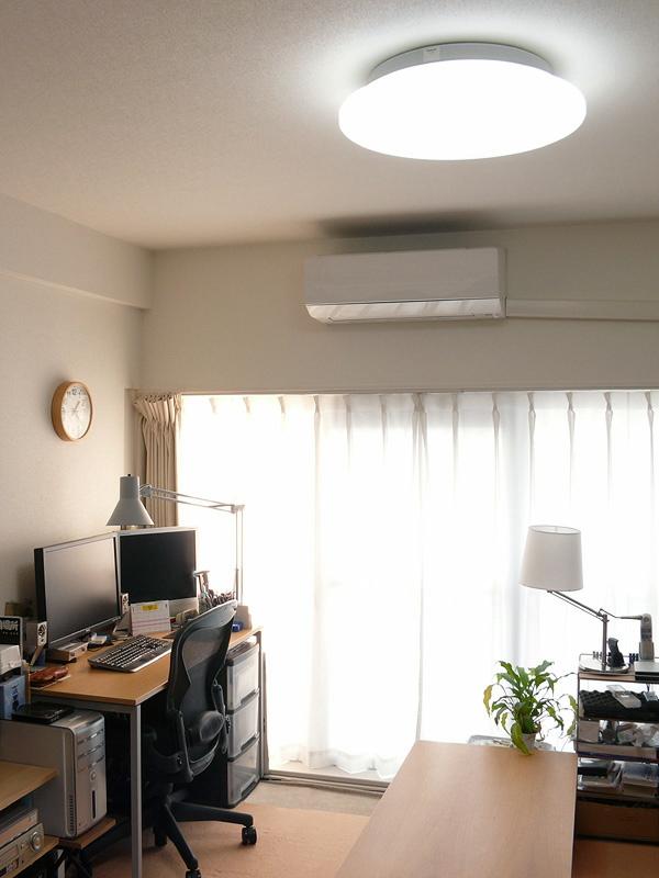 取り付けた場所は、LED照明器具の記事でいつも撮影する、我が家のリビングルーム。十分な音量、素直でクリアな音が部屋に広がる。BGMとして十分に楽しめる