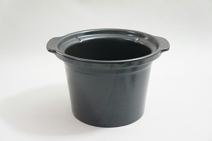 ガスコンロに直接かけられる直火対応陶器なべ。深さはあるが幅は狭めだ