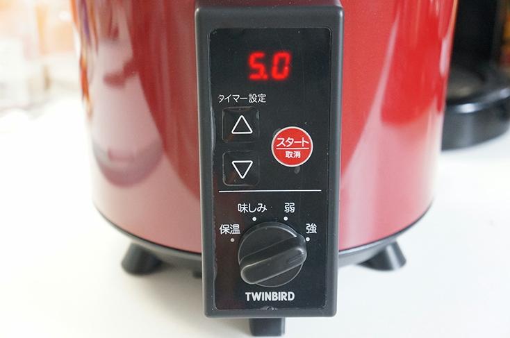 本体正面に操作ボタンを配置。ダイヤルは強、弱、味しみ、保温の4モード。タイマーは最大10時間まで設定できる