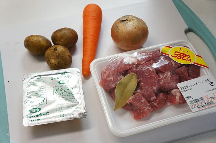 一般的なカレー作りの食材を一口大にカットする