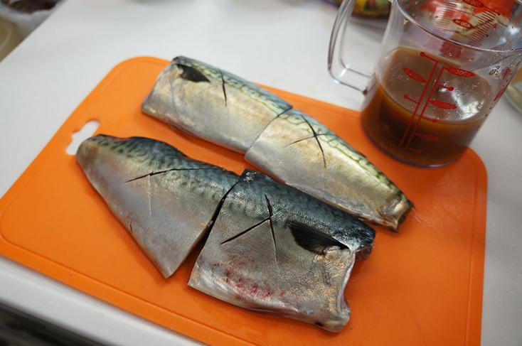 3枚に下ろした鯖と味噌をあわせた煮汁を用意