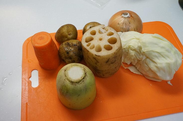 煮込む食材を用意。葉野菜や根菜ならもうなんでもOKだ