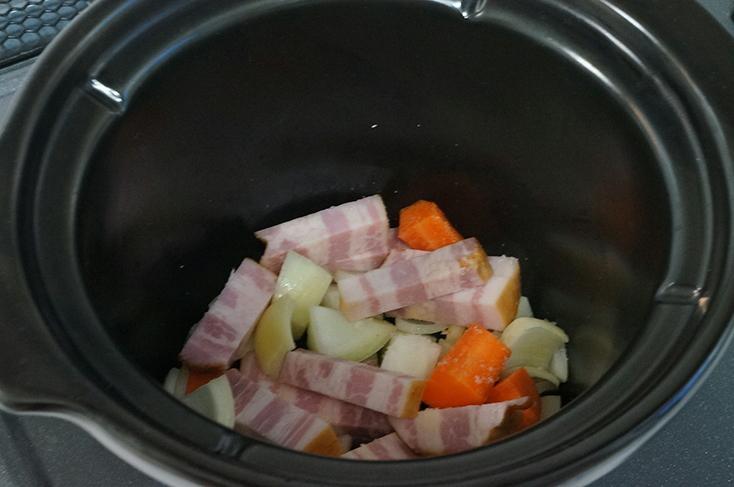 一口大にカットして陶器なべに投入。まずは炒める