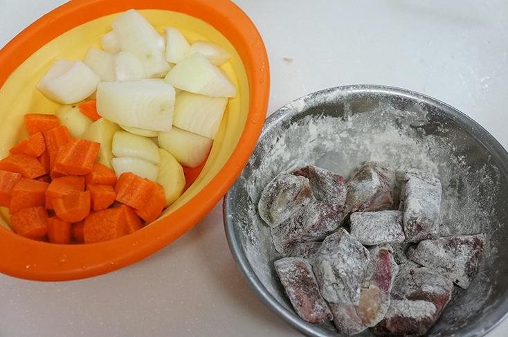 材料は小麦粉をまぶした牛バラ肉の塊とジャガイモ、ニンジンなどを用意