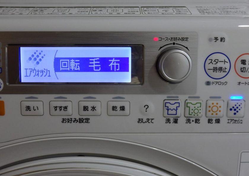 エアウォッシュボタンを押し、ジョグダイヤルで「毛布」を選択。このコースではドラム槽が回転しながらエアウォッシュを行なう