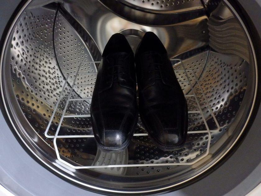 乾燥棚を使えば革靴の除菌・消臭もできるので、蒸れてニオイが気になるという人におすすめ。ただし15分以内で行なうのがポイント