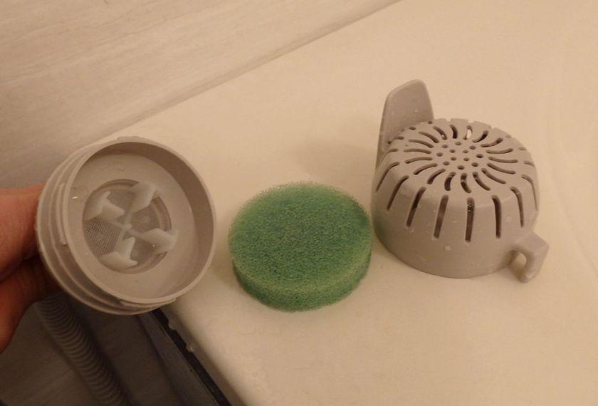 スポンジ状のフィルターと右端のストレーナーは水洗いし、ホースにつながった左端の部品にゴミがたまっていたら、ブラシなどできれいにする