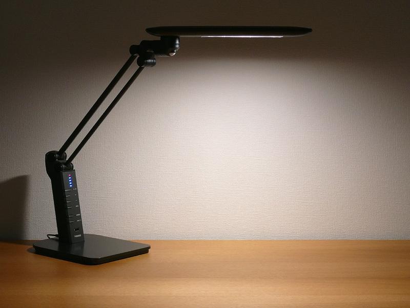 ツインバード工業「照度&人感センサー付き LEDデスクライト LE-H819B」