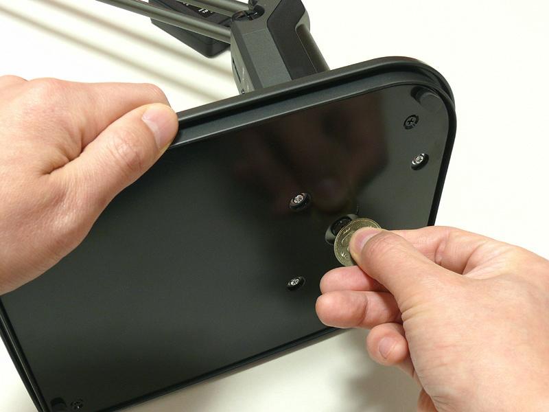 組み立ては本体とベースを一本のネジで留めるだけ。コイン1枚でできる