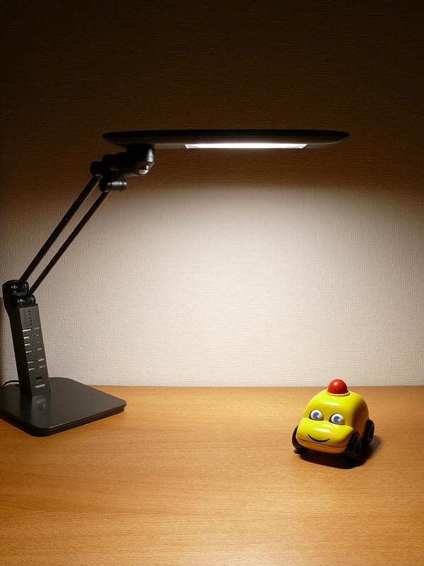 全灯(配光)で点灯した様子。奥行600mmのデスクの手前から、奥の壁面までたっぷり光がたっぷり広がる