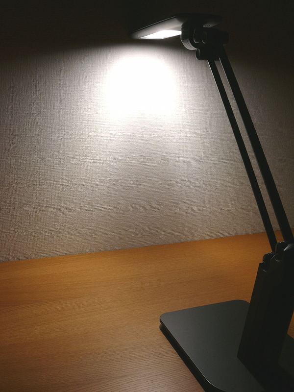 全灯時、セードの真下に光源の構造上、光のムラが浮かぶのが気になった。だが、実使用では特に問題は無かった。演色性は良好。ニュートラルな昼白色だ