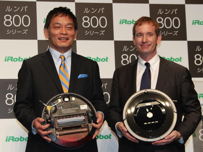 ルンバ800シリーズとiRobot CEO Colin Angle氏(右)、セールス・オンデマンド 代表取締役社長 室﨑肇氏(左)